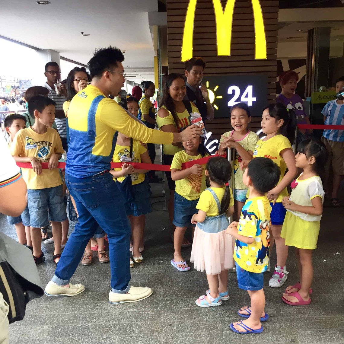 9 McDonalds-Meet-the-Minions-brand-activation-emcee-roadshow-road-show-emcee-singapore